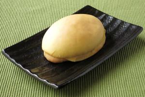 すべすべの黄色い皮をかぶった紡錘形のパン。