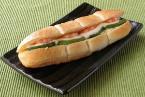 くびれの入ったコッペパンのようなセミハードロールパン。