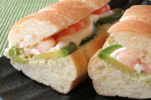 海老とアボカドの間にたっぷりと、クリームチーズソースとアボカドタルタル。