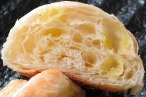 白い生地の中に、黄色いレモンジャムの粒が混ぜ込まれています。