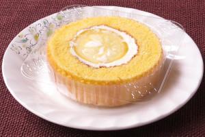 スポンジとクリーム、そしてクリームを覆うスライスレモン。