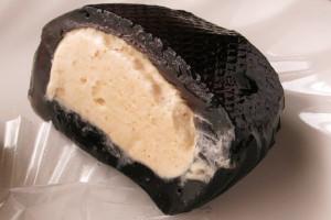 黒いタピオカ生地の中には、香り高いミルクティークリーム。