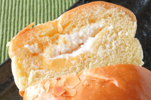 黄色いブリオッシュ生地の中に、ぽってりしたホイップとオレンジがかったカスタード。