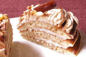 3枚重ねのパンケーキの間にも、たっぷりマロンクリーム。