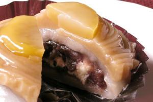 モンブランクリームの下に、あんことクリームが詰まった柔らかい大福が隠れています。