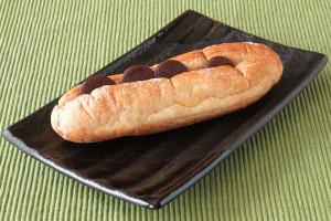 コッペパン型の生地に切れ目を入れ、バターをサンドしてあります。
