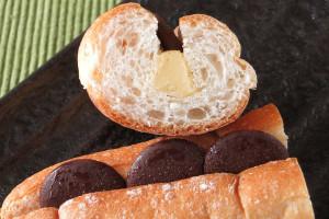 ふすまが入ったフランスパン風の粗い生地。