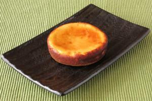 厚手の円盤型、スタンダードなチーズタルト。