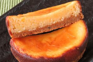 ざっくりした茶色いタルト台と、しっとり密な黄色いチーズフィリング。