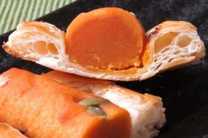 薄いオレンジのかぼちゃ餡が一皮、濃いオレンジの餡を覆っています。