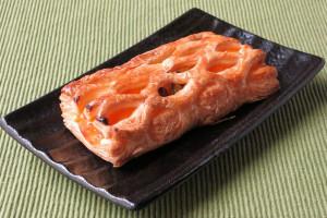 網状の飾り生地からパンプキンクリームがのぞく長方形のパイ。