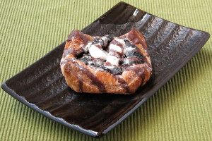 厚手の四角いデニッシュに、チョコフィリングとマシュマロをあしらったペストリー仕立て。