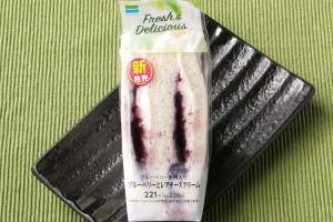 爽やかな酸味のレアチーズクリームとほどよい甘みのブルーベリーソースをサンド。