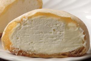 極薄の皮の中はミルクとホイップ、2つのクリームが充満しています。