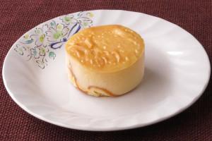 分厚い円盤形のチーズケーキ。