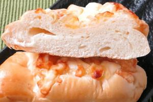 詰んだきめ細かい生地の中に、白いチーズクリーム。