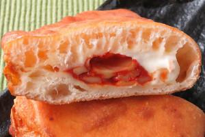 大きく発泡した生地の中には、モッツァレラ入りピザソースとチーズクリーム。