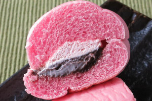中はひときわビビッドなピンク、その間にペールピンクなホイップとダークブラウンのチョコクリーム。