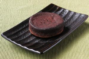 分厚い円盤型のチョコ生地。