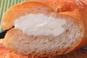 純白のクリームがちょうど半分ほどの径でサンドされています。