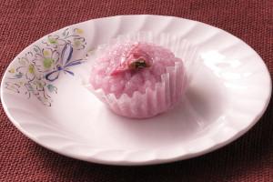 ピンク色に染め上げられた道明寺粉の牡丹餅。