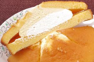きめ細かい黄色の生地の間には、薄黄と白のWクリームがたっぷり。