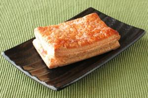 香ばしく焼き上げられた長方形のパイ。
