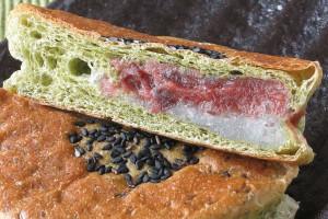 渋い緑の生地の中に、重なり合うお餅とあんこ。