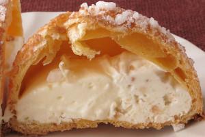 ざっくりした皮の中には、黄色がかったミルククリームとクッキー入りのバニラクリーム。