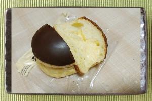 チョコがドーム屋根のようになった薄黄色の円錐台形、中にはカスタードクリーム入り。