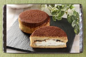 焦げ茶がかった生地の天面を覆う茶色いクッキーとココア。