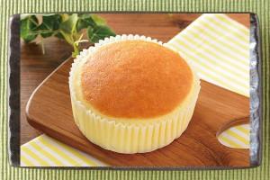 ラムレーズンを敷いた上にチーズペースト使用の生地を乗せて蒸し上げたケーキ。