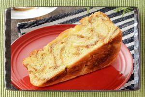 発酵バター入りマーガリン、ケーキクラム、メープルシュガー配合の生地を、くるみとともにブリオッシュ生地に折り込んだパン。