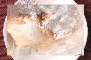 直方体に分厚くカットされ、天面には粉砂糖をまぶされたパウンドケーキ。