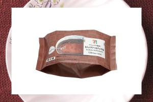 なめらかな生チョコクリームを、マシュマロのようなふわふわもち生地で包んだチョコレート味の洋風大福。
