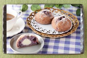 濃厚なチーズクリームを、ブルーベリーを練り込んだ発酵種使用生地で包んだパン。