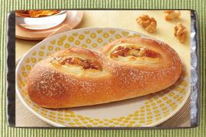 はちみつソース、くるみと甘じょっぱいカマンベールクリームを、歯切れのよい生地で包んだパン。
