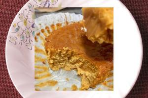 グラシンカップに収まった、キャラメル色のケーキ。