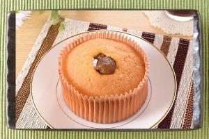 甘栗入りホイップをシフォンの中央に入れ、甘栗をトッピングしたケーキ。