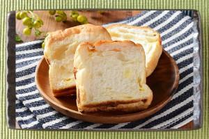 塩バターチップ、ダイスチーズ、油脂を配合した3枚入りの食事パン。