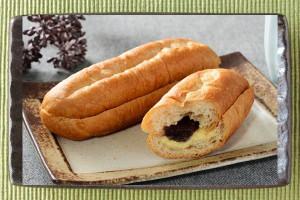 長く切れ目が入ったフランスパン風のパン。