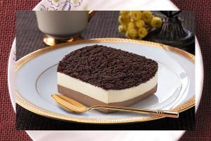 ベイクドショコラチーズケーキにレアチーズムースを重ねて濃厚チーズソースを絞り、ふんわりとココアスポンジクラムで覆ったケーキ。