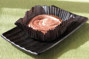 プリーツカップの中に納まったチョコケーキ。
