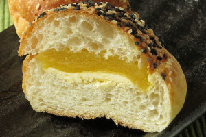 粗い生地の中には黄金色の餡とクリーム色のバター。