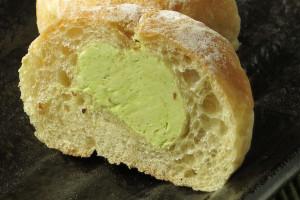 緑がかった生地の中に詰まった、明るい緑のピスタチオ入りクリーム。