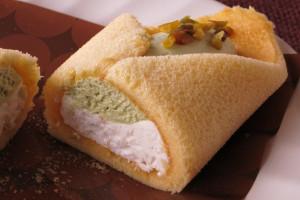 薄緑色はピスタチオクリーム、純白ホイップにはクッキークランチ入り。