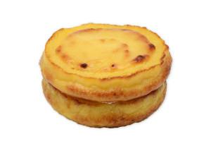 ホイップクリームを、カスタードを絞って焼き上げたパン生地でサンドした、フレンチトーストのような菓子パン。