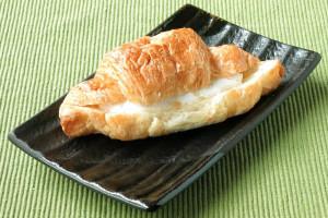 パンは紡錘形のオーソドックスなクロワッサン。