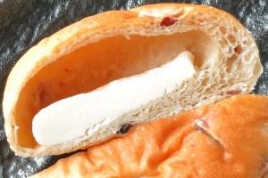 ブラン風の茶色っぽい生地の中には白いチーズクリーム。