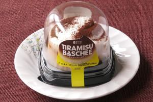 コーヒーシロップを染み込ませたビスキュイとティラミスクリームをトッピングした、ティラミス仕立てのバスチー。